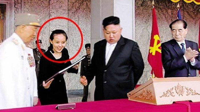 Kim Yo Jong tampak berada di samping kanan kakaknya, Kim Jong Un, yang kini adalah pemimpin tertinggi Korea Utara.
