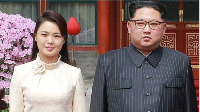 Foto yang dirilis kantor berita Korea Utara KCNA pada 28 Maret 2018 memperlihatkan Kim Jong Un berpose bersama istrinya Ri Sol Ju saat berkunjung ke Beijing, China.