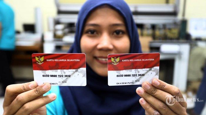 Pekerja menunjuka Kartu Keluarga Sejahtera (KKS) di Kantor Percetakan Negara, Jakarta Pusat, Jumat (15/12/2017). Pemerintah menargetkan penyaluran bantuan sosial non tunai dengan 10 juta kartu penerima manfaat (KPM) bagi masyarakat kurang mampu dalam bentuk KKS yang memiliki fitur