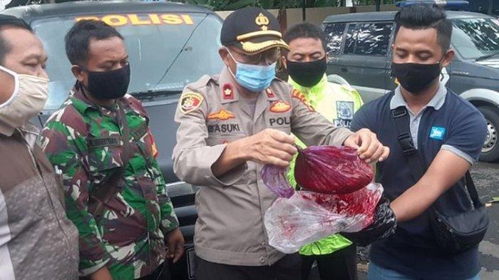 Polisi dari Polsek Pekalongan Selatan Polres Pekalongan Kota Jawa Tengah menunjukkan obat batik yang menjadi penyebab air berwarna merah.