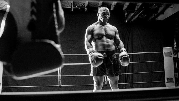 ILUSTRASI Mike Tyson banting setir menjadi petani ganja setelah pensiun pada 2005 silam ---- FOTO: Kondisi fisik yang mumpuni dari Mike Tyson jelang laga lawan Roy Jones Jr