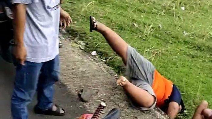 FOTO: Terlihat korban jatuh tersungkur dirundung / dibully pelaku