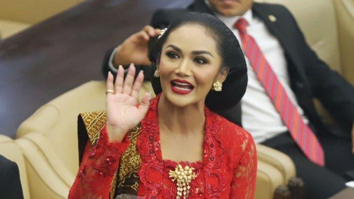 Anggota DPR terpilih dari Partai Demokrasi Indonesia Perjuangan (PDIP) Krisdayanti atau yang akrab disapa KD saat menghadiri pelantikan anggota DPR di Kompleks Parlemen, Senayan, Jakarta Pusat, Selasa (1/10/2019). Krisdayanti tampil cantik dan anggun dalam balutan kebaya merah yang merupakan rancangan dari desainer Anne Avantie.