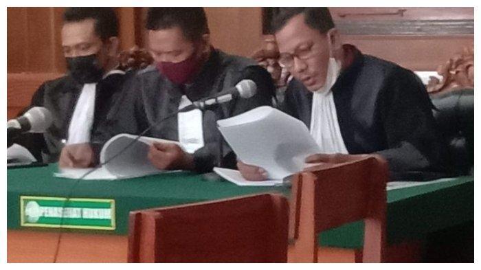 Kuasa hukum Ardi Pratama, makelar mobil asal Surabaya, ketika membacakan eksepsi saat persidangan di Pengadilan Negeri Surabaya.