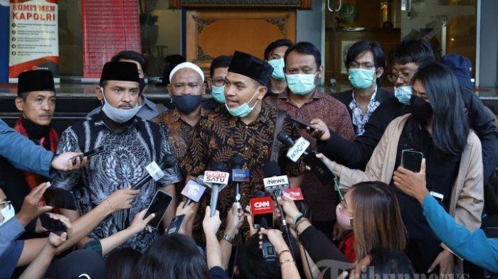 Kuasa hukum dari Habib Rizieq Shihab, Aziz Yanuar saat memberikan keterangan pers kepada awak media di depan gedung Ditreskrimum Polda Metro Jaya, Jakarta Pusat, Selasa (1/12/2020). Pada kesempatan tersebut Kamil Pasha menyebutkan bahwa kliennya berhalangan hadir untuk menjalani pemeriksaan sebagai saksi.