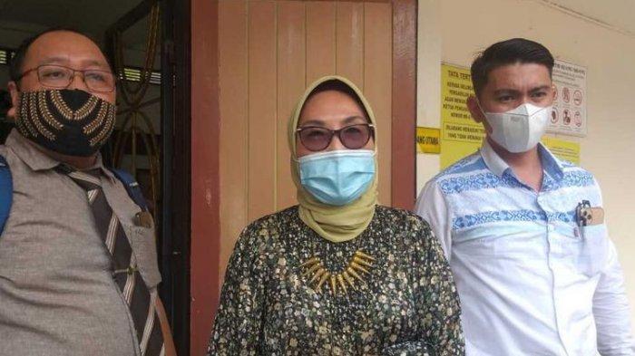 Kuasa Hukum Wakil Bupati OKU Johan Anuar yakni Titis Rachmawati (tengah) usai menghadiri sidang di Pengadilan Negeri Palembang, Selasa (23/2/2021). Titis mengaku akan mengajukan surat untuk izin keluar Rutan jelang pelantikan kliennya itu yang akan berlangsung pada (26/2/2021) besok
