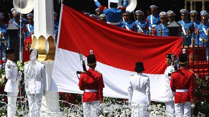 Pasukan pengibar bendera pusaka (Paskibraka) mengibarkan bendera Merah Putih saat peringatan detik-detik proklamasi di Istana Merdeka, Jakarta, Rabu (17/8/2016). Peringatan HUT Ke-71 RI kali ini mengambil tema Indonesia Kerja Nyata.