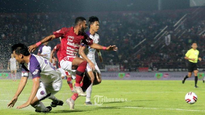 Pemain Bali United, Yabes Roni berebut bola dengan Pemain Persita Tangerang, Hamka Hamzah dalam pertandingan perdana Liga 1 di Stadion Dipta, Gianyar, Minggu (1/3/2020). Bali United ditahan imbang 0-0.