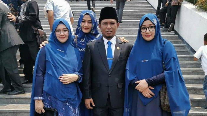 Lora Fadil dan ketiga istrinya ketika menghadiri acara pelantikan anggota DPR RI periode 2019-2024 pada (01/10/2019).