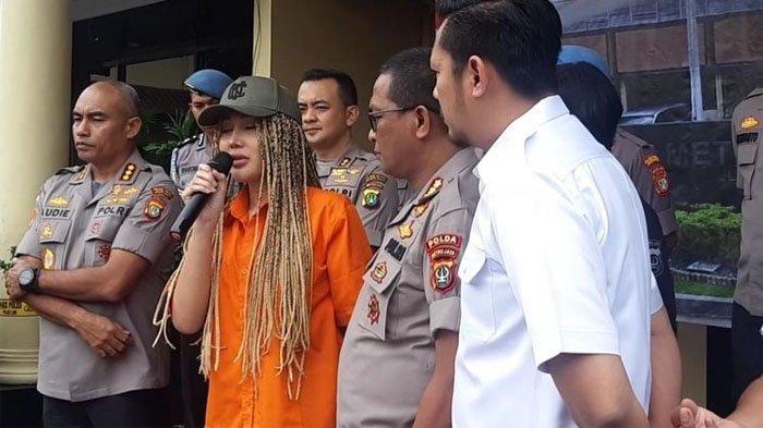 Lucinta Luna saat konferensi pers di Polres Metro Jakbar, Kamis (13/2/2020)(KOMPAS.com/ BONFILIO MAHENDRA WAHANAPUTRA LADJAR)