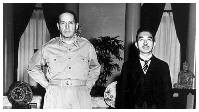 Douglas MacArthur dan Kaisar Jepang Hirohito pada 27 September 1945