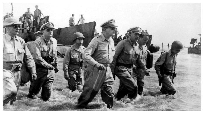 Douglas MacArthur mendarat di Filipina dan memenuhi janjinya