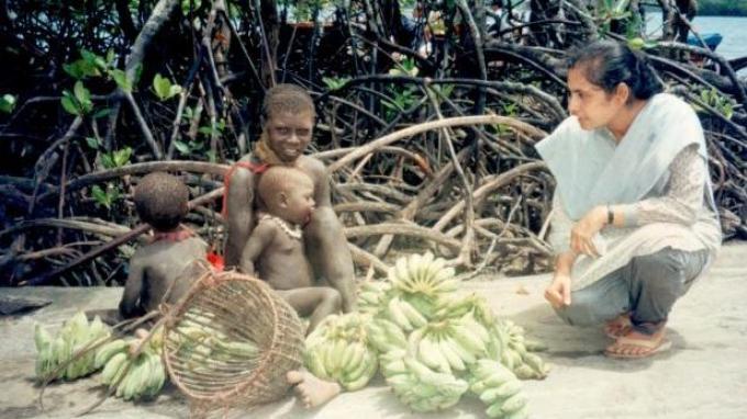 Dr Madhumala ketika berinteraksi dengan anak-anak Jarawa (Jarawa= bahasa daerah Pulau Sentinel)