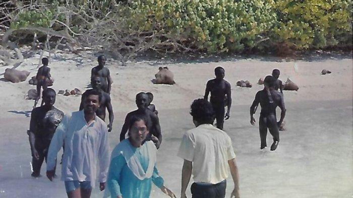 Dr Madhumala Chattopadhyay dan timnya bersama Suku Sentinel di tahun 1991