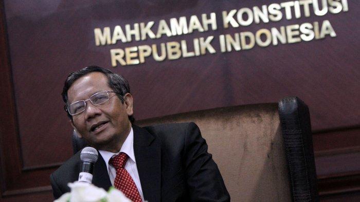 MANTAN MK - Ketua Mahkamah Konstitusi (MK) periode 2013-2015, Mahfud MD, saat masih aktif di MK, saat diabadikan, 10 Januari 2013.
