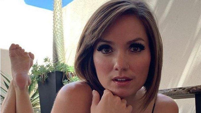 Nikole Mitchel (33), mantan pendeta yang kini jadi model telajang. Ia mengatakan dia