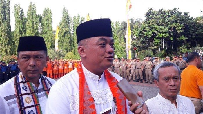 Mantan Wali Kota Jakarta Pusat, Bayu Meghantara (tengah)