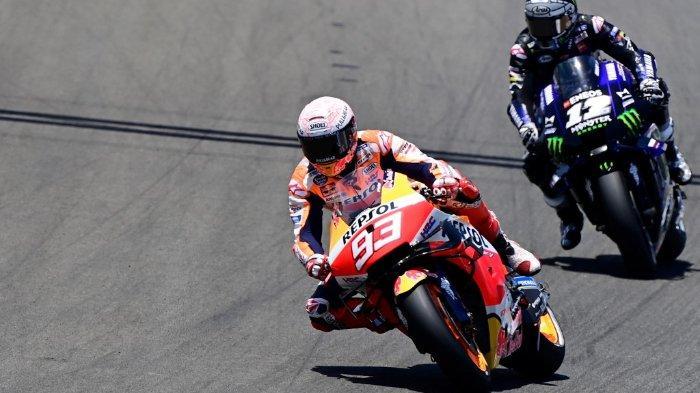 Marc Marquez berada di depan pembalap Monster Energy Yamaha, Maverick Vinales, pada MotoGP Jerez, Minggu (19/7/2020)