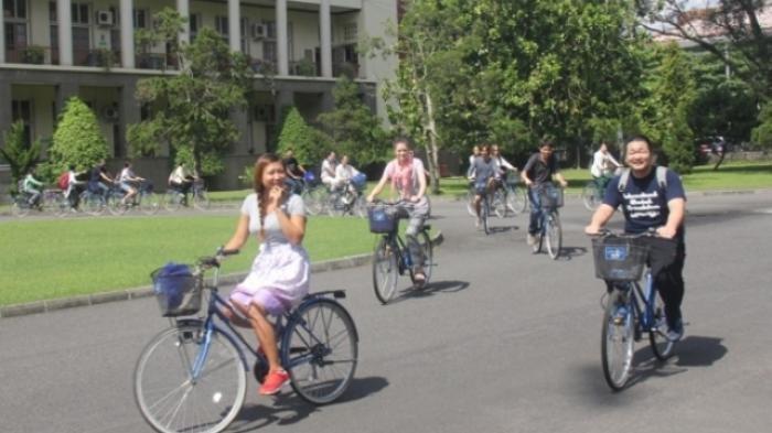 ILUSTRASI - Sebanyak 120 mahasiswa asing UGM mengikuti masa orientasi kampus dengan cara berkeliling menggunakan sepeda, beberapa tahun silam. Masa orientasi mahasiswa baru tahun ini dilakukan secara online.