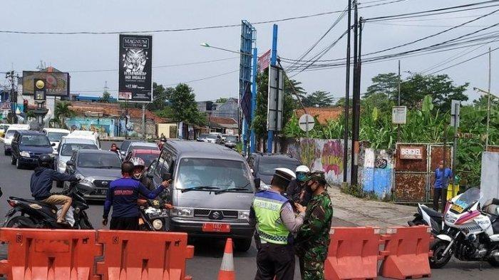Tim gabungan gugus tugas memaksa toko non sembako untuk tutup saat masih buka di hari pertama masa PSBB Jabar di Jalan HZ Mustofa Kota Tasikmalaya, Rabu (6/5/2020).(KOMPAS.COM/IRWAN NUGRAHA)