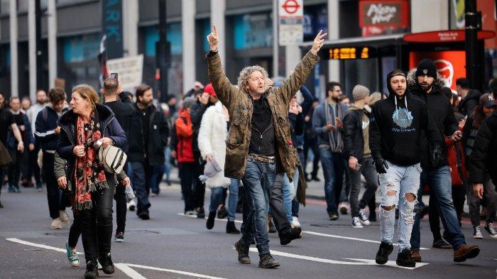 FOTO: Massa anti-lockdown menggelar demonstrasi di jalanan kota London, Inggris, Sabtu 28 November 2020
