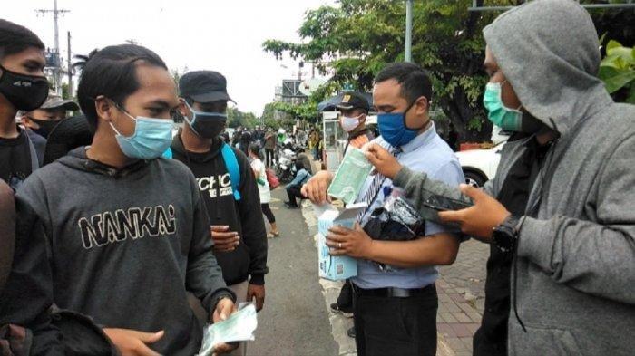 Ilustrasi anggota masyarakat memakai masker