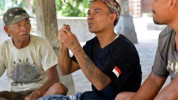Warga Desa Bengkala tengah berbincang menggunakan bahasa isyarat Kata Kolok.