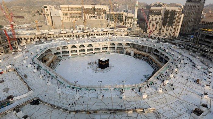 Kamis (5/3/2020) Mataf di sekitar Ka'bah, di dalam Masjidil Haram, kosong dari para jamaah. Arab Saudi mengosongkan situs tersuci Islam untuk sterilisasi atas kekhawatiran virus corona baru, sebuah langkah yang belum pernah terjadi sebelumnya setelah kerajaan menunda ziarah sepanjang tahun. ABDEL GHANI BASHIR/AFP.
