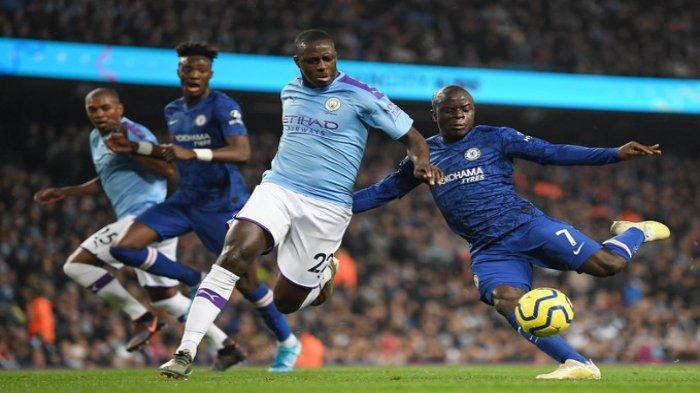 Duel bek kiri Manchester City, Benjamin Mendy dan N'Golo Kante (kanan) gelandang Chelsea, di Etihad Stadium, Sabtu (23/11/2019).