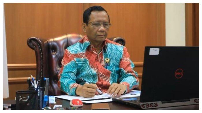 Menko Polhukam Mahfud MD menjalani rapat melalui video conference yang terhubung langsung dengan Presiden Joko Widodo.