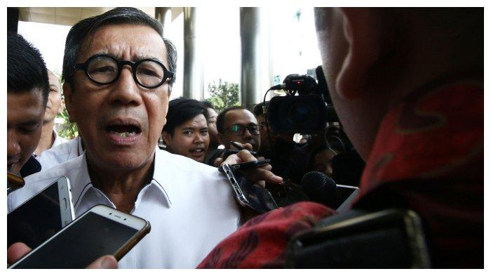 Menteri Hukum dan HAM Yasonna H Laoly menjawab pertanyaan wartawan seusai menjalani pemeriksaan di Gedung KPK, Jakarta, Selasa (25/6/2019). Yasonna diperiksa sebagai saksi atas kasus dugaan korupsi proyek KTP Elektronik yang menjerat politikus Partai Golkar, Markus Nari.