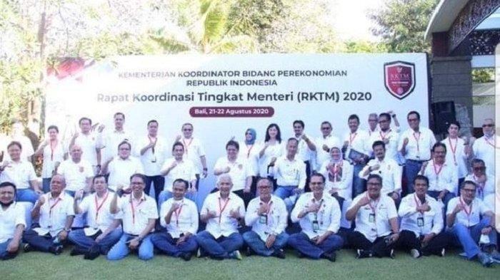 Sejumlah menteri Kabinet Indonesia Maju berpose tanpa jarak dan tak mengenakan masker, saat Rapat Koordinasi Tingkat Menteri (RKTM) 2020 di Bali, 21-22 Agustus 2020.