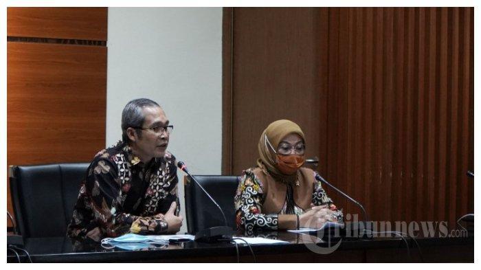 Wakil Ketua KPK, Alexander Marwata (kiri), bersama Menteri Ketenagakerjaan, Ida Fauziyah, memberikan keterangan usai pertemuan tertutup antara KPK dengan Kementerian Ketenagakerjaan di Gedung KPK, Jakarta Selatan, Rabu (9/9/2020). Pertemuan antara KPK dengan Kementerian Ketenagakerjaan yaitu membahas pencegahan korupsi dalam program bantuan pemerintah dalam bentuk subsidi upah sebesar Rp600 ribu.