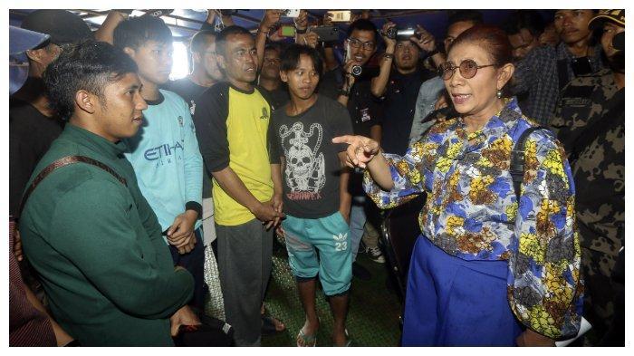 Menteri Kelautan dan Perikanan, Susi Pudjiastuti (kanan) berbincang dengan WNI yang menjadi anak buah kapal (ABK) MV Nika berbendera Panama di Dermaga Pengawasan Sumber Daya Kelautan dan Perikanan (PSDKP) Batam, Kepulauan Riau, Senin (15/7/2019). Satgas 115 Kementerian Kelautan dan Perikanan (KKP) mengamankan kapal ilegal fishing MV Nika yang menjadi buronan interpol beserta 28 ABK yang terdiri dari 18 orang warga negara Rusia dan 10 WNI yang akan menuju China melalui Selat Malaka.