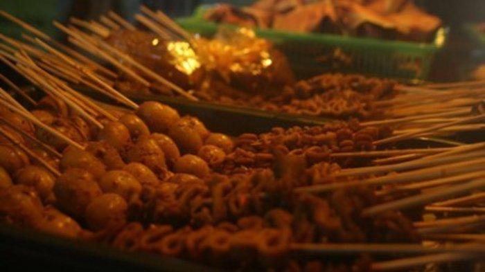 menu yang dijual di Angkringan mulai dari nasi kuving hingga aneka gorengan dan sate (www.kaskus.co.id)