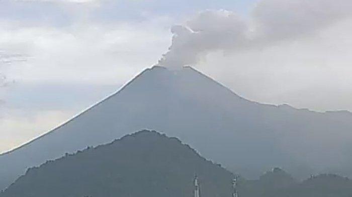 Tangapan layar video keadaan Gunung Merapi yang meletus pada Selasa (3/3/2020).