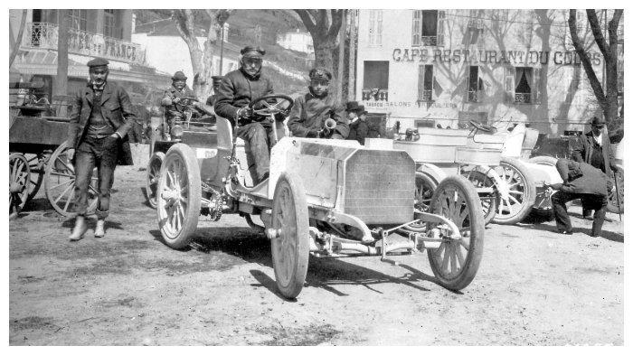 Baron Henri de Rothschild mengendari mobil Mercedes tahun 1901