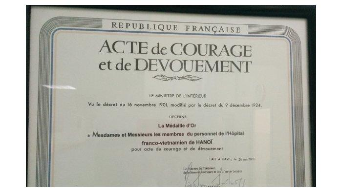 Penghargaan kepada para staf Hôpital Français de Hanoï untuk dedikasi mereka selama krisis SARS.