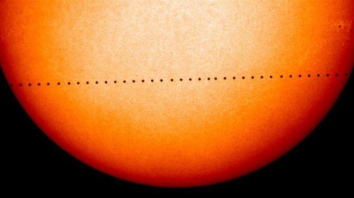 Citra gabungan pengamatan oleh NASA dan ESA,Solar dan Heliospheric Observatory ini menunjukkan jalur Merkurius selama transit November 2006.