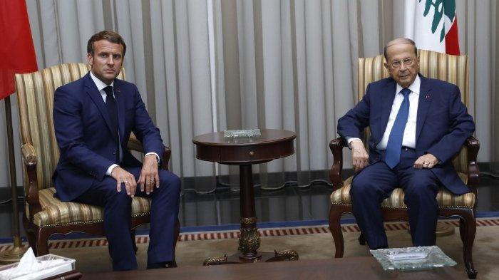 Presiden Lebanon Michel Aoun (kanan) menerima Presiden Prancis Emmmanuel Macron di bandara dekat ibu kota Beirut, pada 6 Agustus 2020. Presiden Prancis Emmanuel Macron mengunjungi Beirut yang sedang diguncang bencana, menjanjikan dukungan dan mendesak perubahan setelah ledakan besar menghancurkan ibu kota Lebanon.
