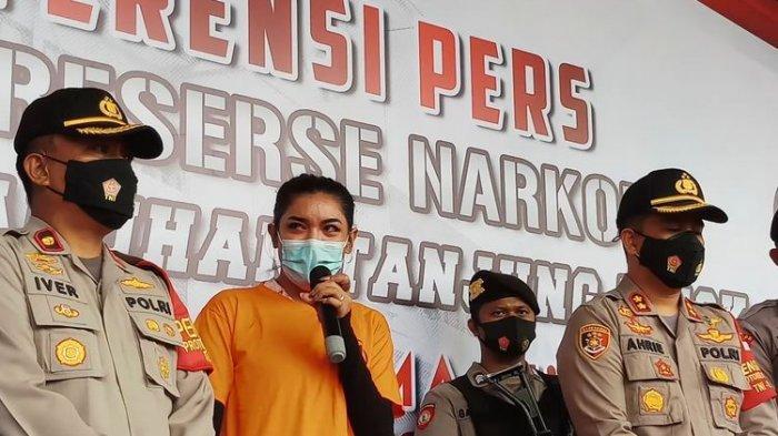 Tersangka kasus dugaan penyalahgunaan narkoba, Millen Cyrus dalam jumpa pers di Polres Pelabuhan Tanjung Priok, Jakarta Utara. Senin (23/11/2020).