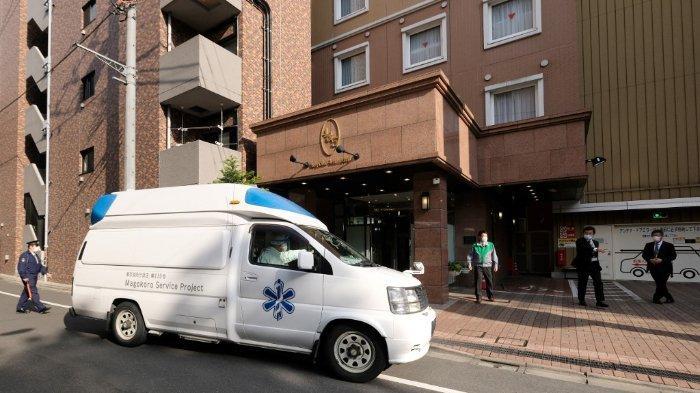 ILUSTRASI - Mobil ambulans menjemput pasien dengan gejala ringan Covid-19 di Tokyo, Jepang, Selasa (7/4/2020)