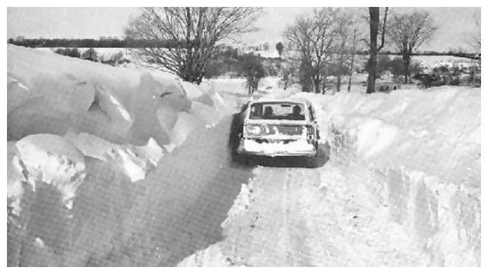 Mobil melaju di atas timbunan salju di Iran