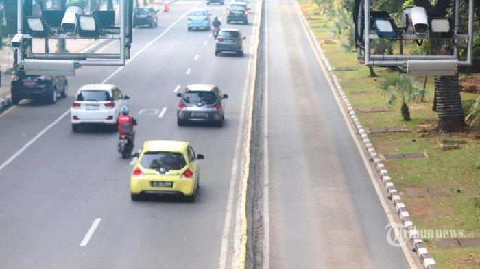 Sejumlah kendaraan melintasi kamera pengawas atau Closed Circuit Television (CCTV) yang terpasang di Jalan Medan Merdeka Barat, Jakarta Pusat, Rabu (3/7/2019). Direktorat Lalu Lintas Polda Metro Jaya menerapkan penilangan dengan sistem Electronic Traffic Law Enforcement (ETLE) dengan memasang 10 kamera baru dengan fitur tambahan yang dapat mendeteksi pemakaian sabuk pengaman, penggunaan telepon genggam oleh pengemudi, nomor pelat ganjil genap, dan batas kecepatan mengemudi.