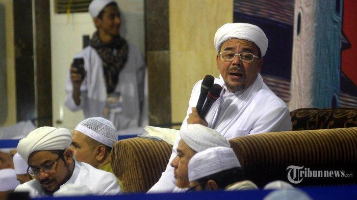 Muhammad Rizieq Shihab mengisi pengajian di Masjid Sunan Ampel, Selasa (11/4). Pengajian itu mengambil tema Merajut Ukhuwah, Menegakkan Syariah Dalam Bingkai NKRI. SURYA/AHMAD ZAIMUL HAQ