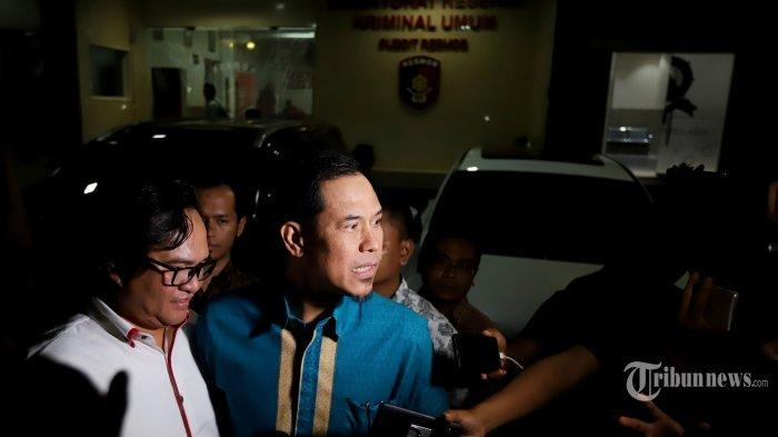 Sekretaris Umum DPP Front Pembela Islam (FPI), Munarman usai menjalani pemeriksaan penyidik Polda Metro Jaya, Jakarta Selatan, Rabu (9/10/2019) malam. Munarman diperiksa sebagai saksi terkait kasus dugaan penculikan dan penganiayaan terhadap pegiat media sosial sekaligus relawan Jokowi, Ninoy Karundeng.