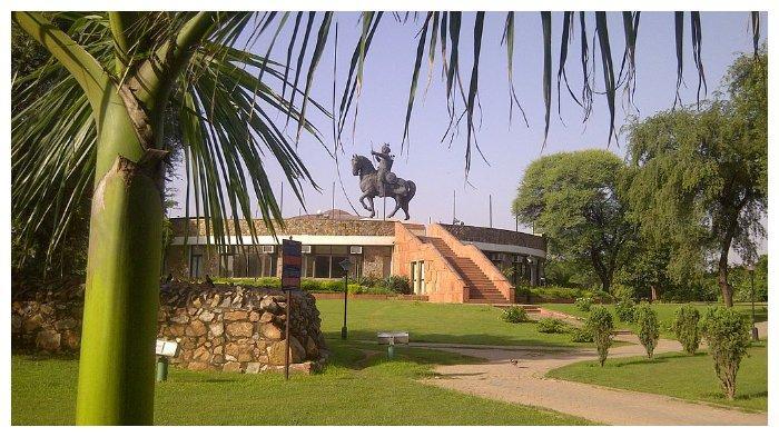 Museum dan sisa-sisa benteng Qila Rai Pithora