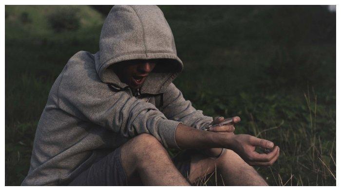 Ilustrasi pria memakai narkoba.