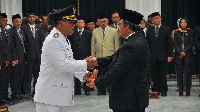 Nasrudin Azis dikenal sebagai Wali Kota Cirebon periode 2018-2023 berpasangan dengan Eti Herawati.