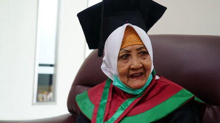 nenek-dapat-gelar-sarjana-di-usia-78-tahun.jpg